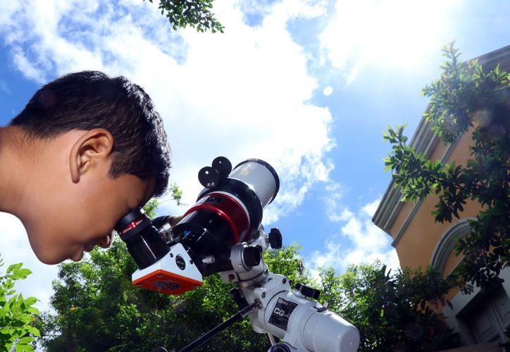Los asistentes al Museo de Historia Natural observaron al astro rey a través de telescopios. (Foto: Jorge Acosta)