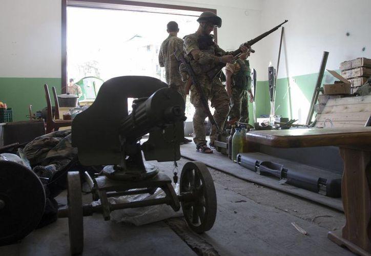 Ucrania ha desplegado una columna de vehículos blindados, camiones y tanques en la ciudad de Sharkhtarsk. (AP)
