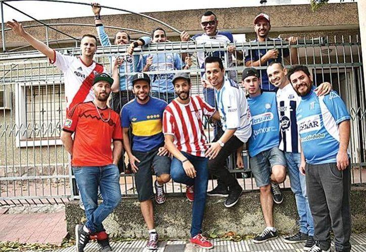 La banda originaria de Córdoba, Argentina, confesó que son fieles aficionados al futbol de su país, y se sienten felices al escuchar sus canciones en los estadios futboleros.(Foto tomada de Excélsior)