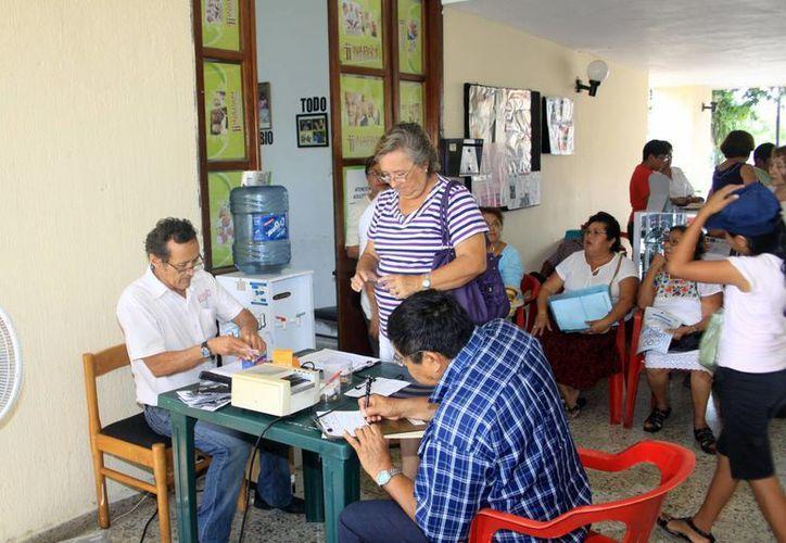 A través del INAPAM los adultos mayores solicitan su ingreso al programa '65 y más'. (Christian Ayala/SIPSE)