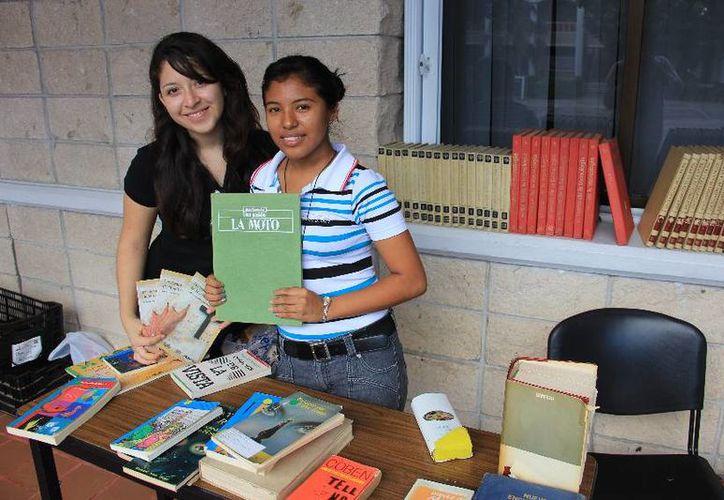 Los buscadores de libros encontraron ejemplares con precios de hasta 10 pesos. (Cortesía/Uqroo)