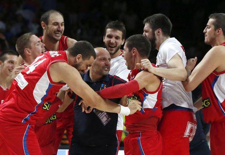 Los serbios celebran la victoria sobre Francia tras el partido de la semifinal del Mundial de Baloncesto 2014. (EFE)