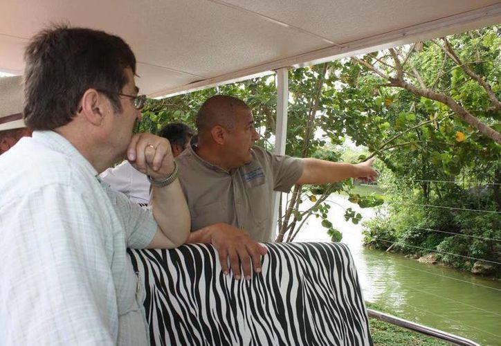 El doctor Eduardo Valdés (i) recorrió los zoológicos de Mérida, conoció las dietas especializadas para cada especie e inspeccionó las áreas de alimentación. (Cortesía)