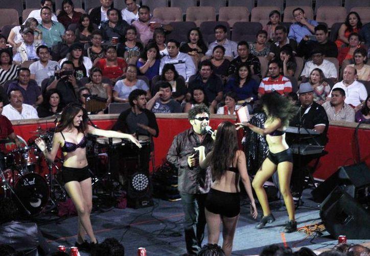 El imitador yucateco Pierre David mostró su versatilidad en el escenario. (Milenio Novedades)