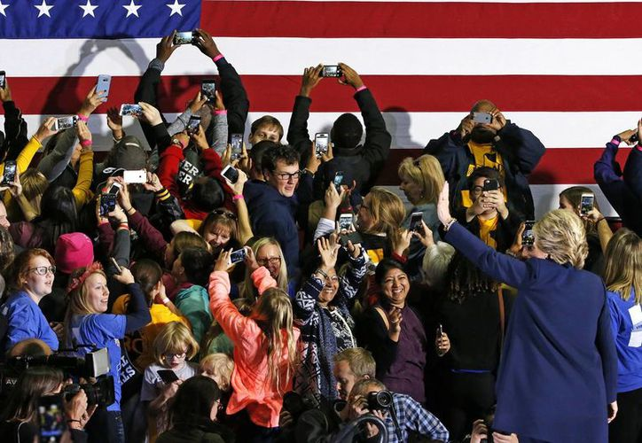 Simpatizantes de Hillary Clinton se toman fotos con la candidata demócrata durante un mitin. (AP Photo/Gene J. Puskar)