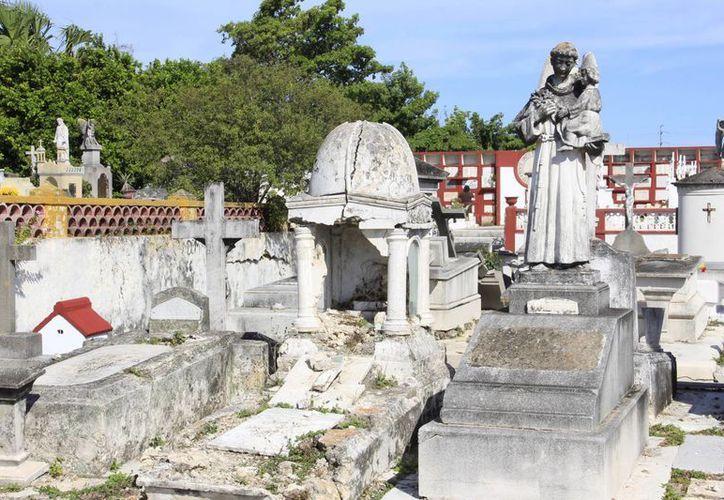 En lamentable estado se encuentran varias tumbas del Cementerio General. (SIPSE)