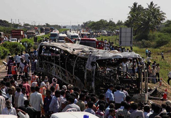 El autobús transportaba 42 personas cuando ocurrió el incendio en Amethi. (Imagen de contexto de archivo/AP)