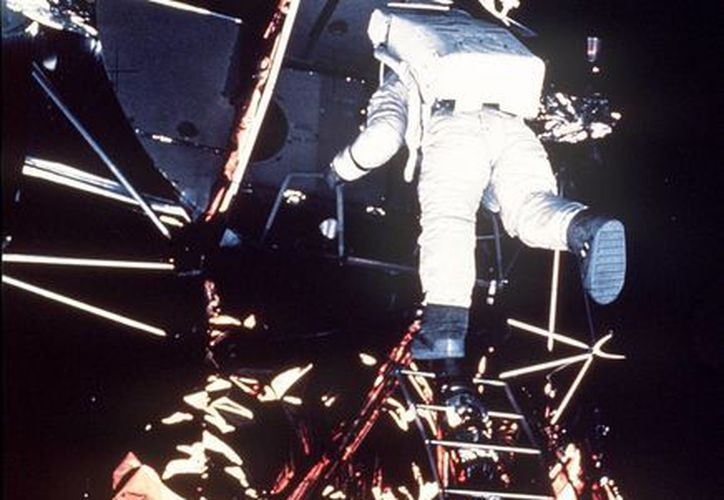 """Neil Armstrong, comandante de la nave Apolo XI, desciende del módulo de exploración """"Eagle"""" antes de dar los primeros pasos sobre la Luna hace 46 años. (EFE/Archivo)"""