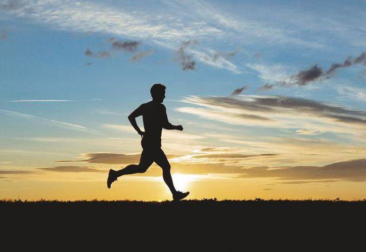 En Yucatán se llevan a cabo unas 260 carreras al año en donde miles de deportistas se dan cita en cada evento. Imagen de un corredor solitario.(Archivo/Agencias)