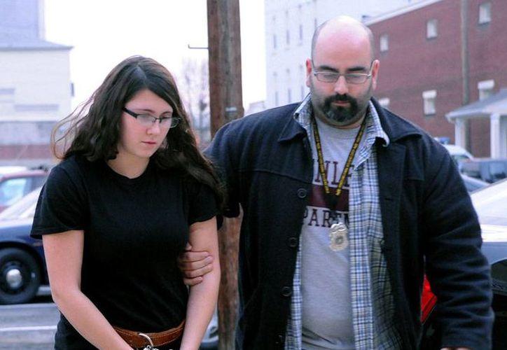 Unos recién casados contactaron a un hombre, a través del sitio de avisos económicos Craiglist, tan sólo para asesinarlo, según informó la policía. En la imagen, la mujer del matrimonio, Miranda Barbour, de 18 años, llega al juzgado, en el que enfrenta cargos por el homicidio de Troy LaFerrara. (Agencias)