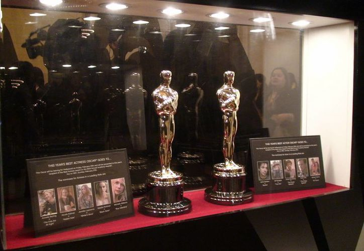 """Vista las estatuillas de Óscar que se entregarán al mejor actor y a la mejor actriz, durante la inauguración de la exposición """"Conoce a los Óscar"""" en Nueva York. (EFE)"""