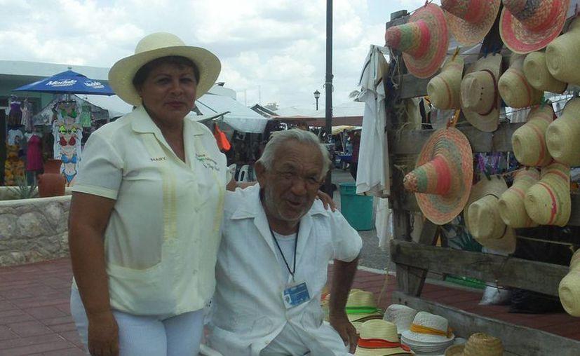 Leonardo Martín y los demás prestadores de servicios, al pie del cañón aunque las ventas estén bajas entre los turistas de cruceros. (Manuel Pool/SIPSE)
