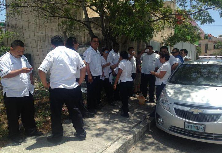 Taxistas, la Sintra y representantes del hotel Royal Haciendas acordaron evitar conflictos para no dañar la imagen turística de Playa del Carmen. (Luis Ballesteros/SIPSE)