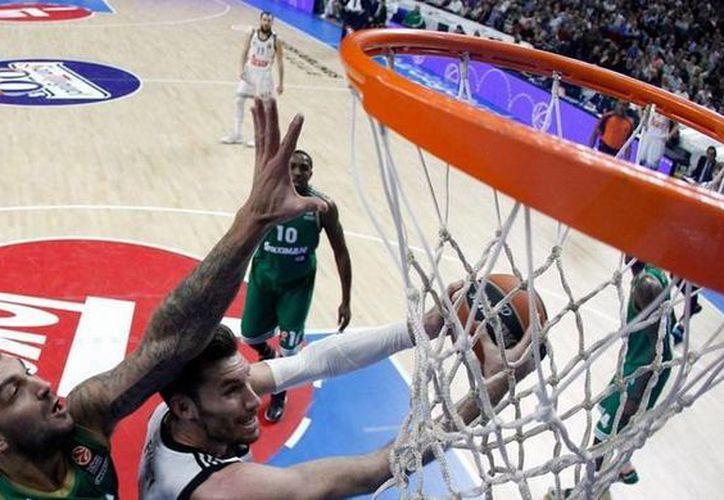 El Real Madrid canastero perdió el invicto en la Euroliga, pero su jugador Felipe Reyes se convirtió en el máximo reboteador en la historia de la competencia. (realmadrid.com)