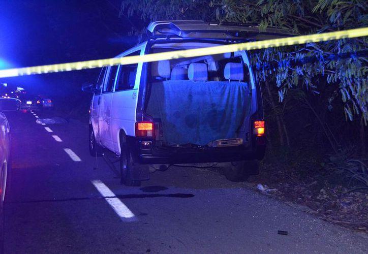 Un joven falleció cuando intentó cambiar una llanta  ponchada a la camioneta que conducía, la madrugada de ayer en Cancún. (Redacción/SIPSE)