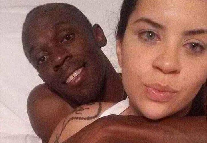 En la imagen se puede ver al atleta Usain Bolt con Jady Duarte, de 20 años, en una cama. (@MailOnline)