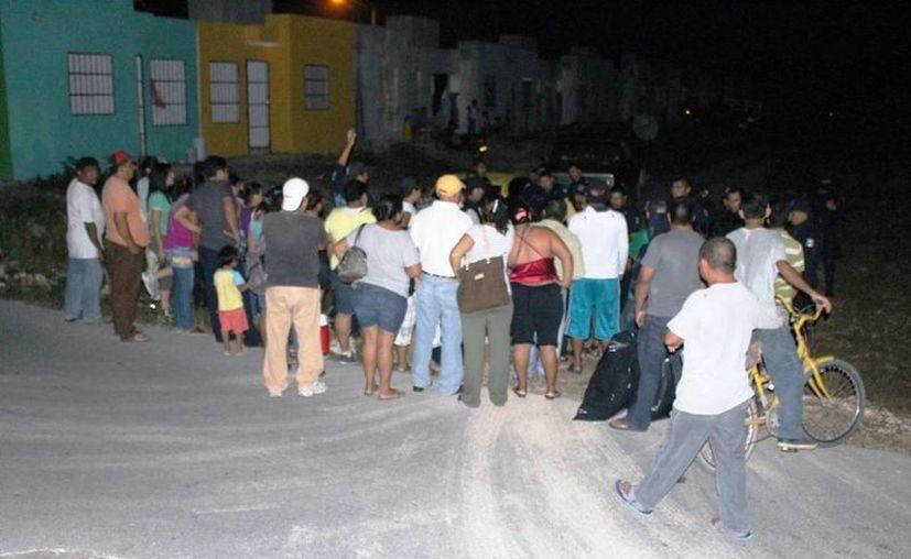 Los presuntos invasores pretenden negociar con el presidente municipal para que les permita habitar dichas viviendas abandonadas. (Redacción/SIPSE)