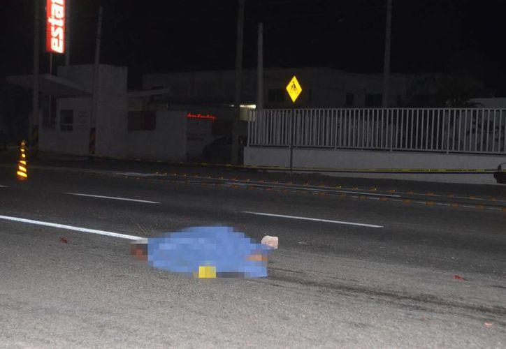 El cuerpo del hombre quedó tendido en la carretera, mientras el causante de su muerte se fugó del lugar. (Milenio Novedades)