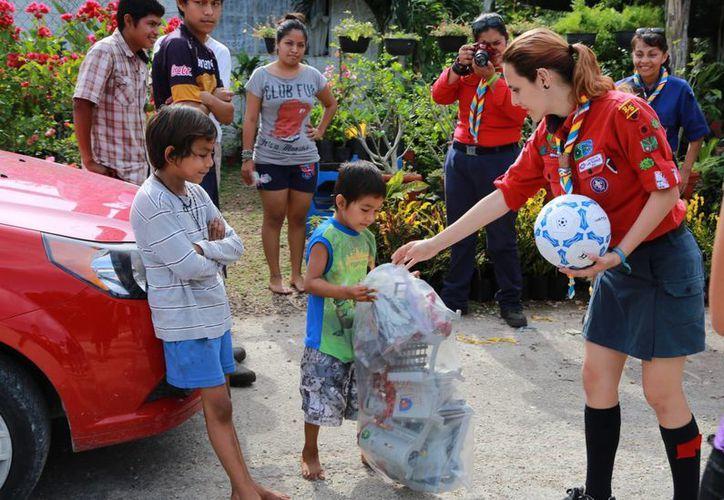 Los niños estuvieron contentos al recibir los detalles. (Luis Soto/SIPSE)