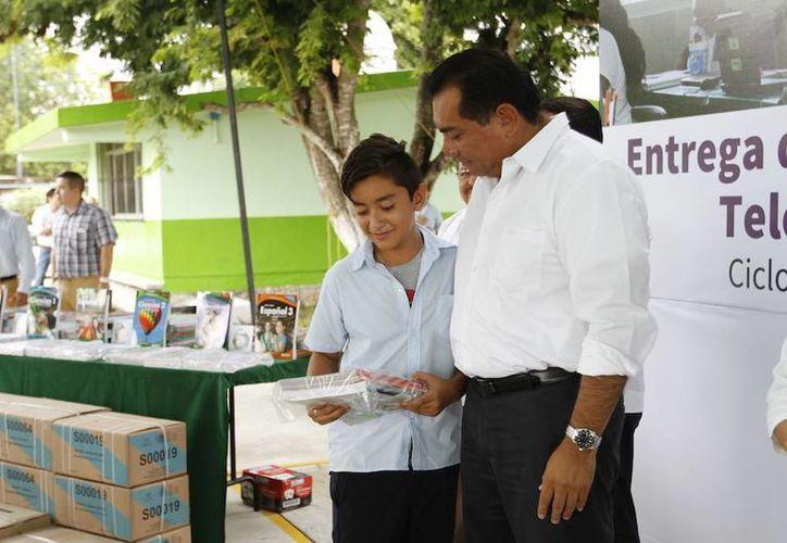 """Un total de 69 alumnos del plantel """"Luis Álvarez Barret"""" de la comisaría Dzityá de Mérida, recibieron sus paquetes de textos gratuitos de la Segey, que planea entregar 40 mil 20 libros en todo el estado. (Fotos: cortesía del Gobierno estatal)"""