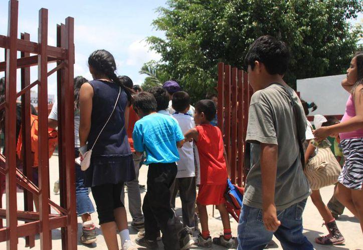 Más de 300 estudiantes sufren la afectación de no contar con aulas habilitadas en Quintana Roo. (Harold Alcocer/SIPSE)