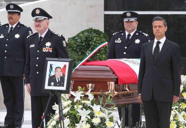 El presidente Enrique Peña Nieto encabezó la ceremonia luctuosa en el Monumento al Policía Caído ubicado en el Centro de Mando de la corporación en Iztapalapa. (Notimex)
