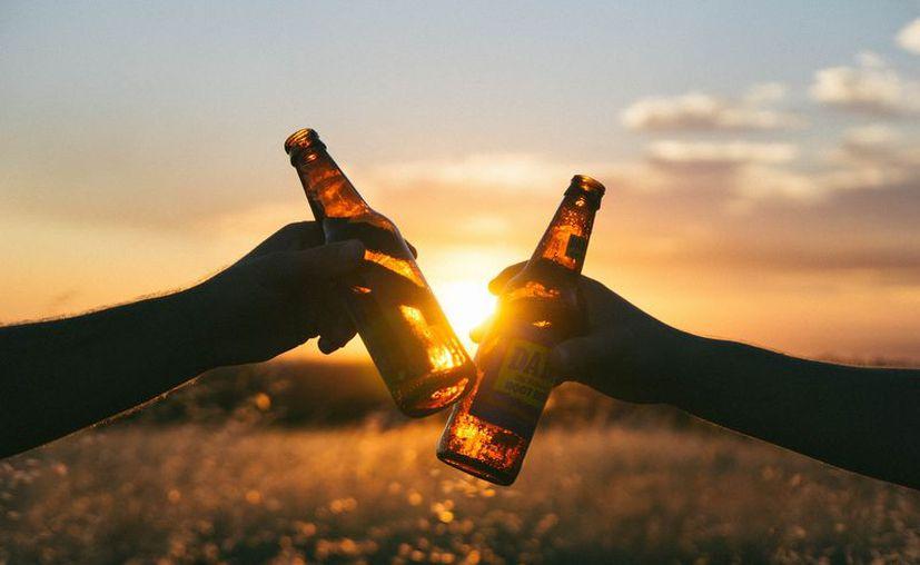 Se puede estar en riesgo de ser alcohólico si se es hombre y bebe 15 o más tragos a la semana. (Foto: Pixabay)
