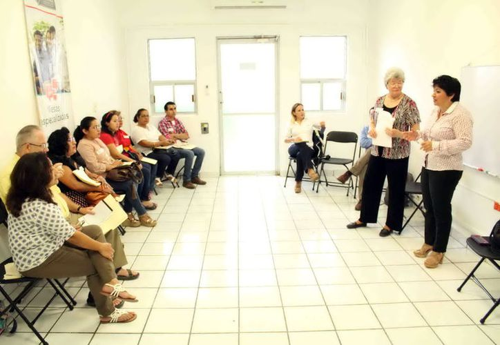 """La experta Eileen McAvoy (certificada en el tema) impartió el taller """"Comunicación no Violenta"""" a servidores públicos de Yucatán. (Cortesía)"""
