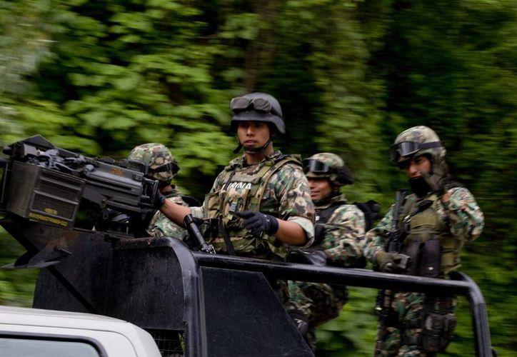 Militares patrullan la carretera cerca del pueblo de San Pedro Limón, Estado de México. (Fotos: AP)