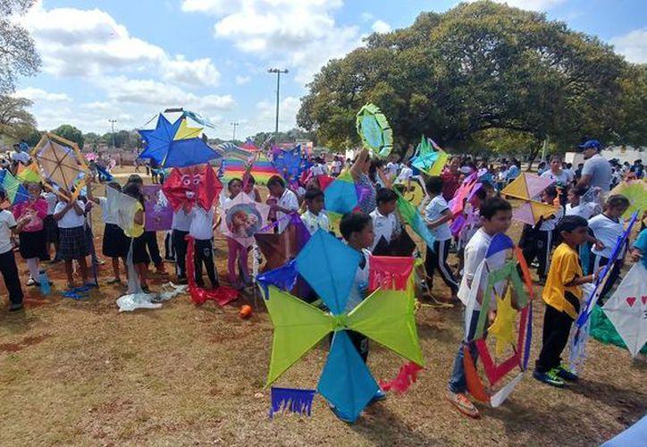 Estudiantes de sexto grado de la primaria 'Agustín Melgar' participaron en el concurso que se realizó en el domo de la unidad deportiva. (Tony Blanco/SIPSE)