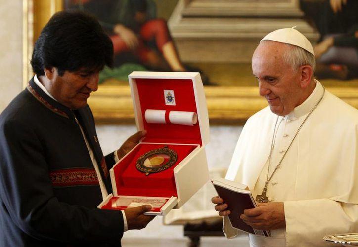 Evo Morales intercambia regalos con el Papa Francisco. (Agencias)
