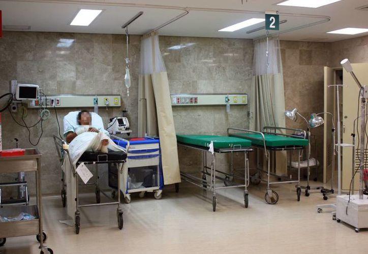 """Una adecuada atención de pacientes con quemaduras puede salvarle la vida. Imagen de un hombre que es atendido en el Hospital General Regional No. 1 """"Ignacio García Téllez"""". (Milenio Novedades)"""