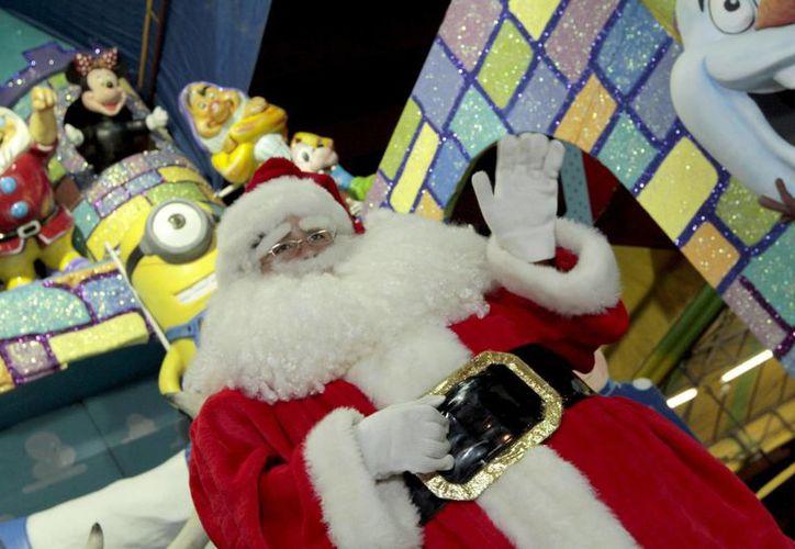 Más de 30 de cada 100 mexicanos están convencidos de que Santa Claus es quien lleva los regalos en Navidad. (Archivo/Notimex)