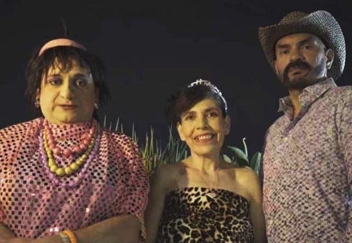 Doña Margara Francisca hizo la invitación de la fiesta de 'Perlita' a través de un video, en que dio 'santo y seña' de la agrupaciones que fueron invitadas. (Captura de pantalla de YouTube/Garnacha channel)