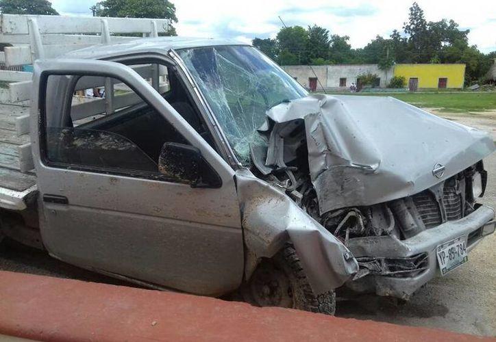 La camioneta Nissan Estaquitas se estrelló contra un poste de la CFE y un hombre falleció por el accidente. (Milenio Novedades)