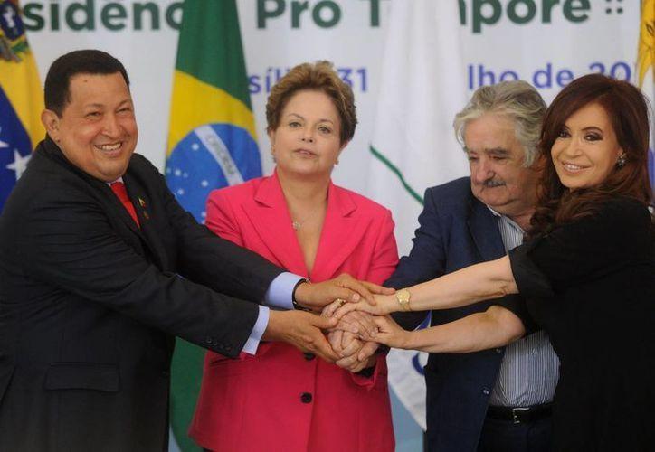 Fotografía del 31 de julio de 2012 que muestra al presidente de Venezuela, Hugo Chávez (i), junto a sus homólogos de Brasil, Dilma Roussef (2 i), de Uruguay, José Mujica (2 d), y de Argenina, Cristina Fernández (d), durante la cumbre extraordinaria del Mercosur en Brasilia. (EFE)