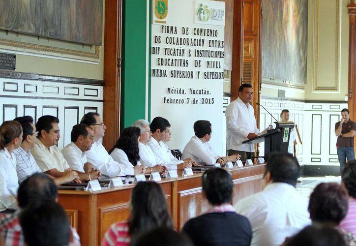 El Ejecutivo estatal firmó ayer sendos convenio con instituciones educativas para fortalecer la formación de estudiantes yucatecos. (Cortesía)