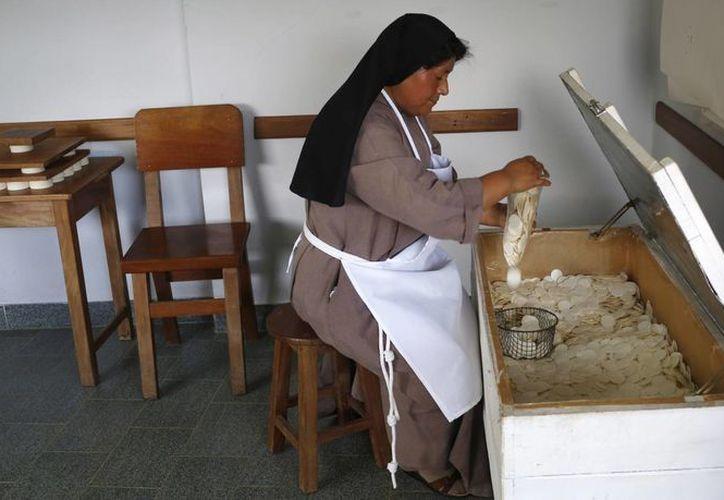 Una monja empaqueta hostias en el convento de las Clarisas en Coroico, Boilivia. (Agencias)