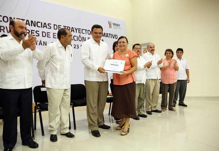 El mandatario estatal entregó reconocimientos a maestros que terminaron el Trayecto Formativo. (Milenio Novedades)