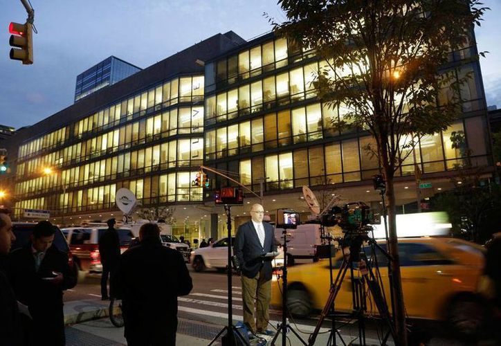 La noticia del primer contagiado de ébola en la ciudad más poblada de Estados Unidos, Nueva York, es 'todo un acontecimiento' para los medios que desde ayer se instalaron en la puerta del hospital Bellevue de Manhattan, donde el médico Craig Spencer recibe atención. (AP)