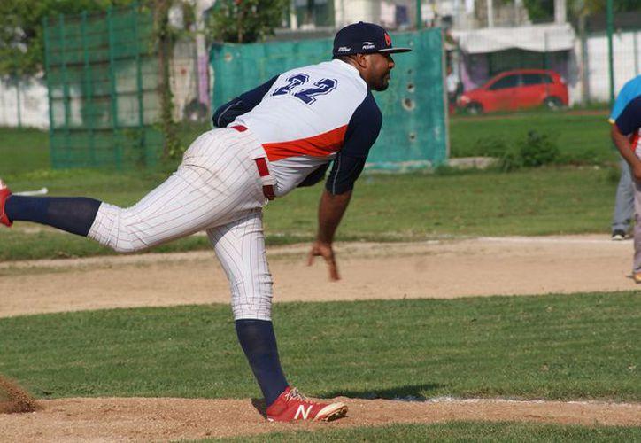 El pitcheo de Lázaro Cárdenas fue imponente para emparejar la serie ante los Rockies de Cancún. (Ángel Villegas/SIPSE)