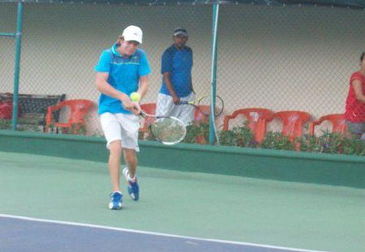Los tenistas luchan por conseguir los puntos suficientes para estar en el Torneo Master. (Raúl Caballero/SIPSE)