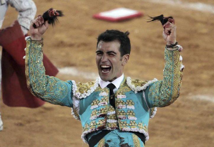 El matador Arturo Macías pasó la noche sin fiebre ni alguna otra complicación tras ser corneado en Pachuca. (Notimex)