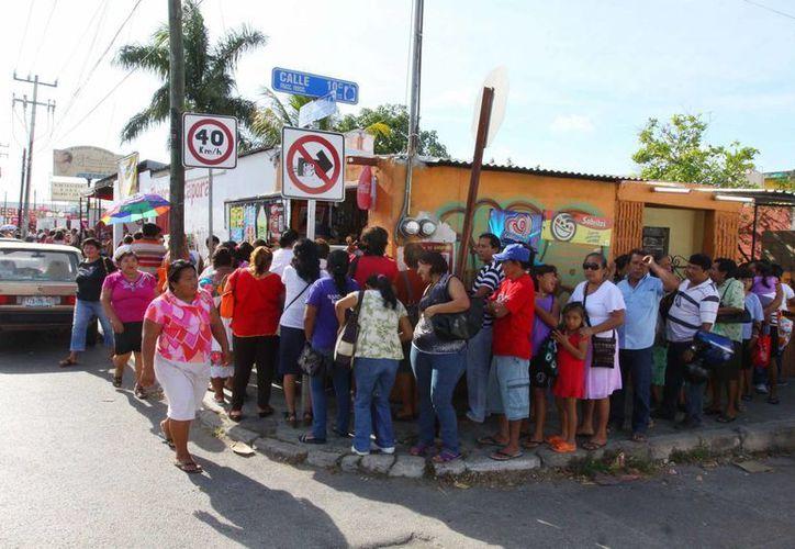 Largas filas se formaron para recibir los apoyos de  la IV Jornada de Salud Visual que promovió el diputado Francisco Torres Rivas. (SIPSE)