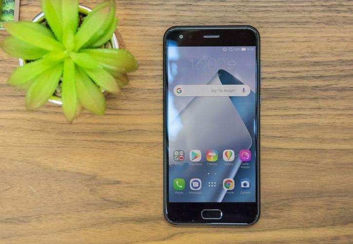 El Asus Zenfone 5 se parece al iPhone X pero no es un clon. (Foto: Expert Reviews)