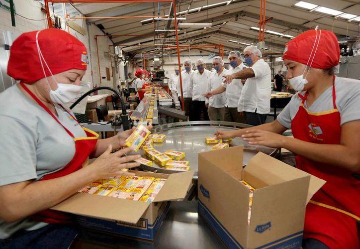 Líder de la Canacintra invita al público a fomentar las empresas locales. Imagen de dos trabajadores en una fábrica.(Milenio Novedades)