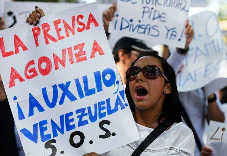 Trabajadores del diario El Impulso demandan del gobierno de Venezuela la entrega de divisas para la importación de papel para imprimir el periódico, durante una manifestación callejera en Caracas, Venezuela. (Agencias)