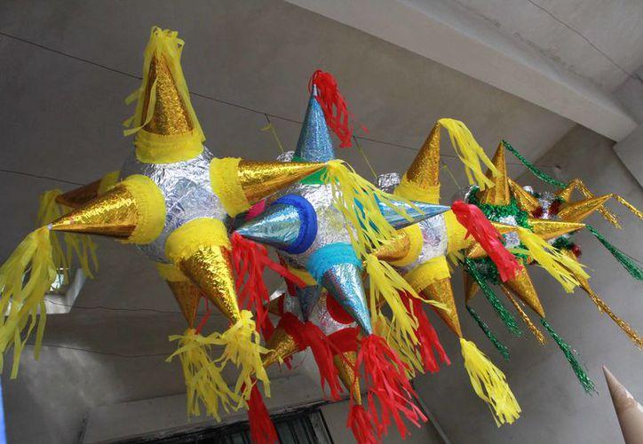 Poco a poco el patio de su casa se fue llenando de piñatas de diversos tamaños, formas y colores. (Redacción)