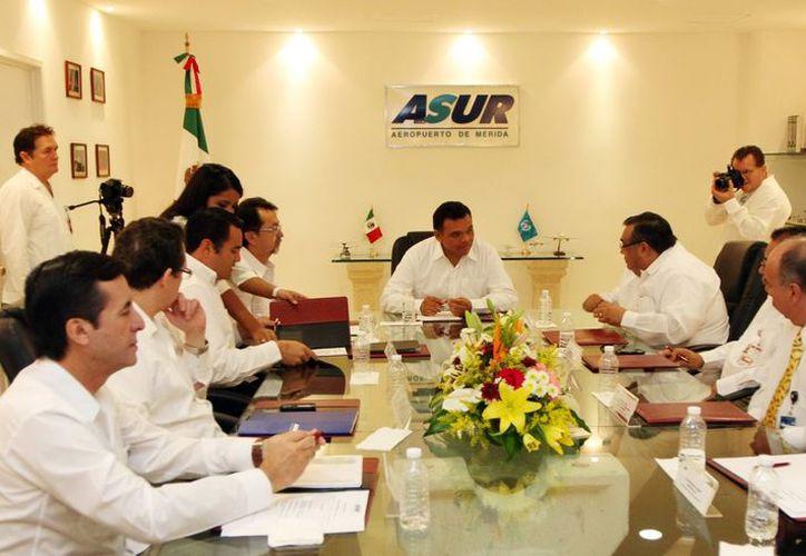 El gobernador Rolando Zapata Bello en reunión con ejecutivos de ASUR. (Milenio Novedades)
