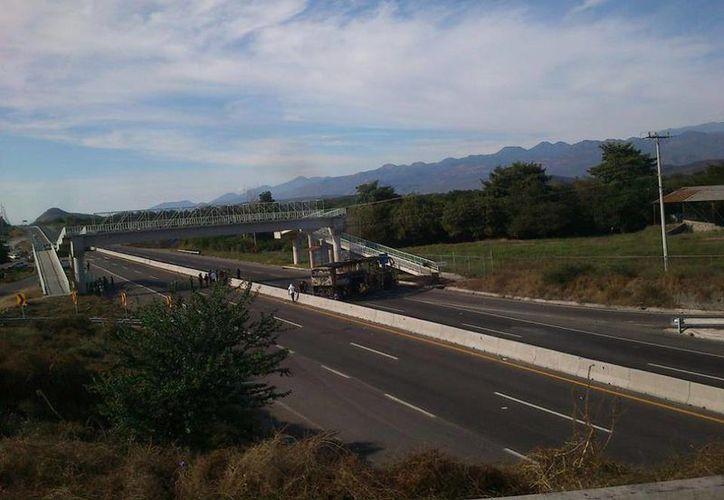 Los autobuses fueron quemados y colocados como barricadas en la carretera Cuatro Caminos-Apatzingán, justo a la altura de Parácuaro. (Facebook/Valor por Michoacán)